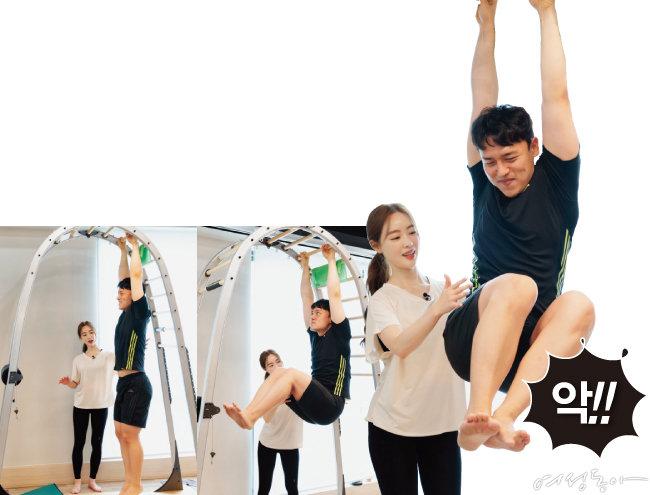 아치 웨이에 매달려서 수행하는 복부 운동.