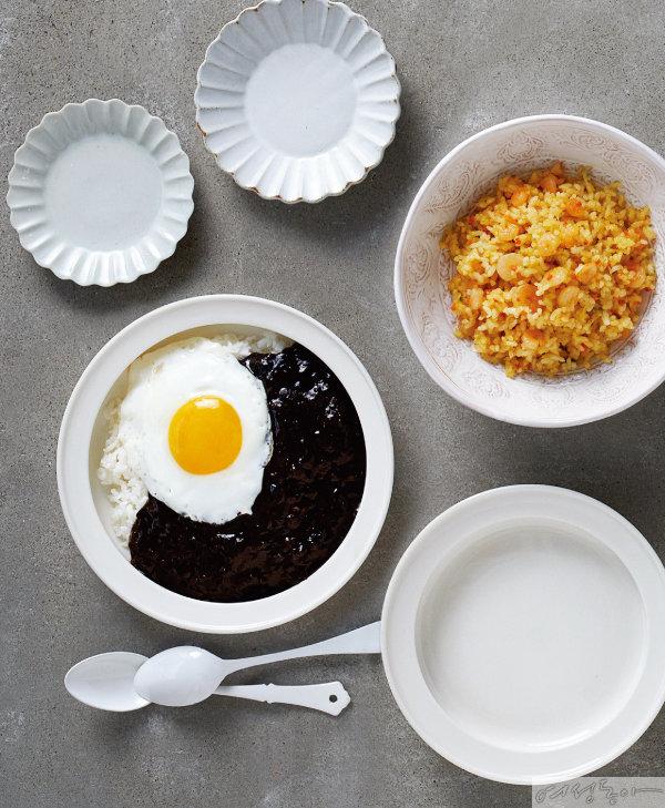 노브랜드 우리쌀밥 한공기 짜장덮밥과 푸드트리 미니컵 새우야채볶음밥.