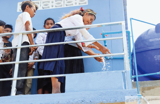위러브유가 잦은 홍수로 어려움을 겪는 캄보디아 캄퐁치낭 캄퐁크로르차브 초등학교에 위생시설 건립을 지원했다. 학생들이 새로 생긴 화장실과 세면대를 직접 이용해보며 밝은 웃음을 짓고 있다.