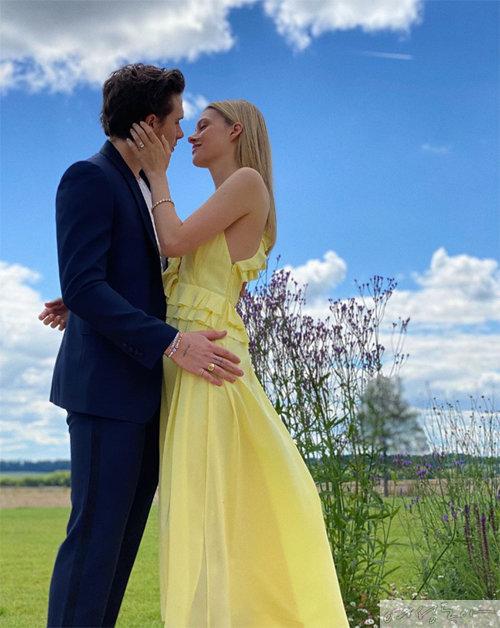 시어머니인 빅토리아 베컴이 디자인한 드레스를 입고 약혼식을 올린 니콜라 펠츠. 이날 사진은 베컴 패밀리의 막내딸 하퍼가 찍어준 것이라고.
