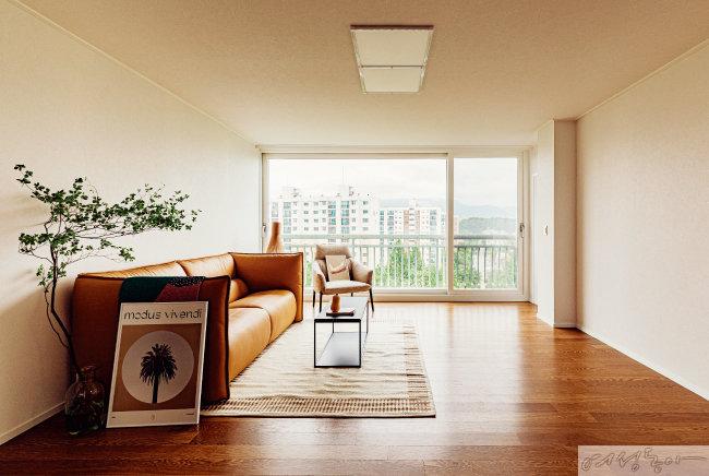 거실에는 TV 같은 큰 가전제품을 두지 않았다. 따뜻하면서도 미니멀한 인테리어가 완성되어 더욱 차분한 느낌을 준다.