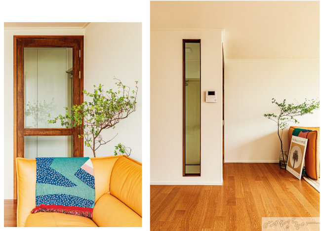 거실을 향해 난 중문도 다크 우드로 마감해 통일감을 주었다. 빈티지한 느낌의 문은 인테리어 소품으로 보이기도 한다(왼쪽). 중문의 위치를 바꾸며 생긴 가벽에 답답하지 않게 긴 창을 내어 감각적인 인테리어를 완성했다.