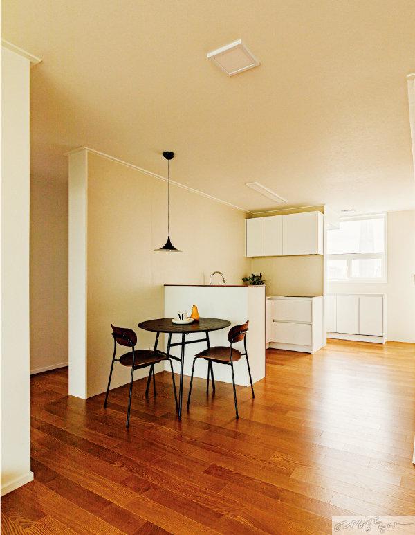 내부 주방과 외부 주방을 각각 조리 공간과 수납공간으로 사용할 수 있도록 깔끔하게 분리했다.