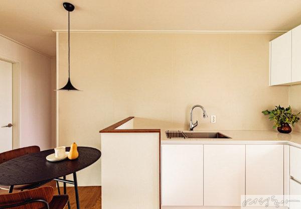 조리대보다 조금 높은 가벽은 공간에 안정감을 주며, 지저분한 조리대 모습도 가려준다.