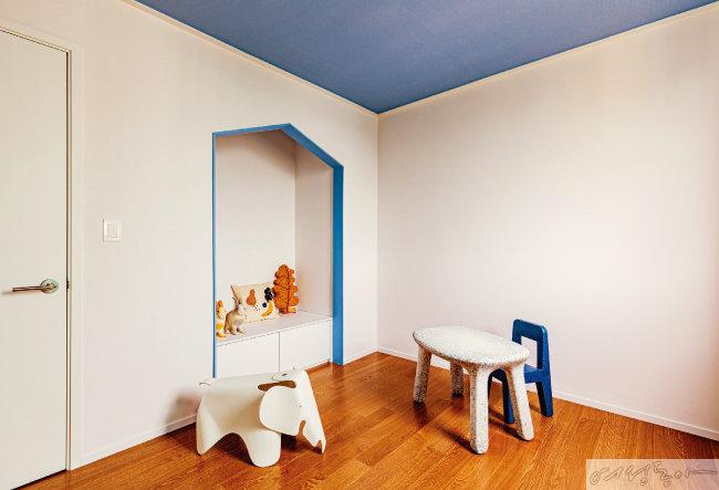 아이 방은 블루 컬러로 포인트를 주었다. 벽에 숨은 아지트 같은 공간은 아이가 가장 좋아하는 곳이다. 전체적으로 화이트 톤은 통일시키되, 천장에 블루 컬러를 칠해 생동감이 느껴진다.