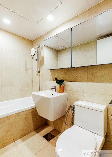 집 내부의 베이지 톤이 화장실까지 이어지도록 욕실을 인테리어했다.