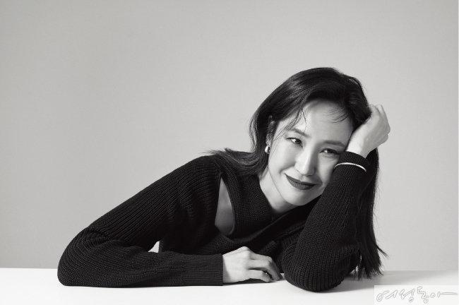 톱 코스. 이어링, 브레이슬릿 모두 스타일리스트 소장품.