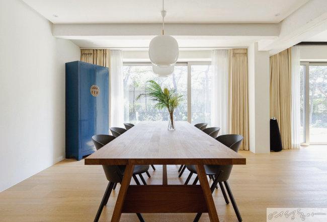 큰 원목 테이블을 놓은 거실 공간. 부부가 가장 좋아하는 장소다.