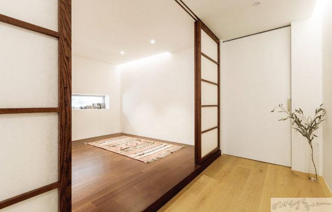 한지로 제작한 미닫이문을 달아놓은 손님방. 가로로 길게 낸 창문으로 따스한 햇살이 들어오는 이 방은 부부의 '명상방'으로도 쓰인다.