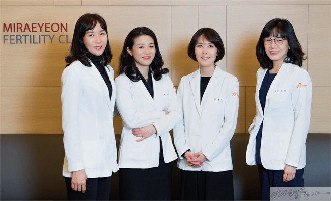연간 1천 건 이상 IVF를 하는 미래연여성의원은 특히 고난도 남성 난임에서도 우수한 임신율을 자신한다. 미래연여성의원 석현하 강진희 한지은 김수희 원장(왼쪽부터). [사진 김도균]