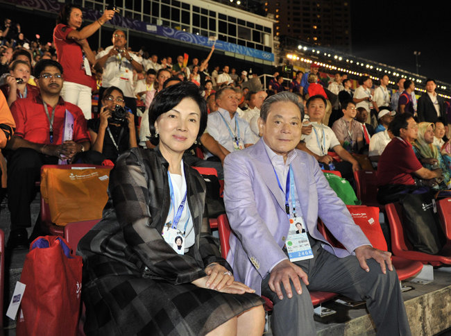 부인 홍라희 전 리움미술관 관장과 싱가포르에서 열린 2010유스올림픽을 참관하고 있는 이건희 회장. 이 회장은 주요 행사마다 홍라희 여사를 비롯한 가족과 함께하는 모습을 보였다.