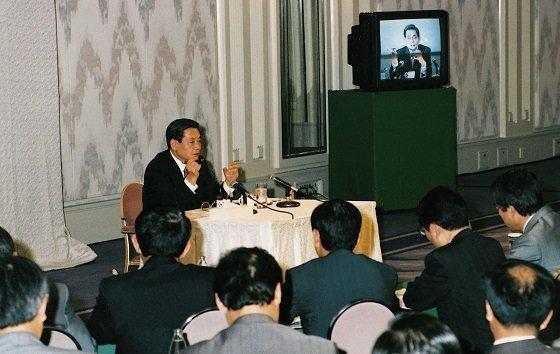 """1993년 """"마누라와 자식 빼고 다 바꾸라""""는, 이른 바 '신경영 선언'을 하고 있는 이건희 회장."""