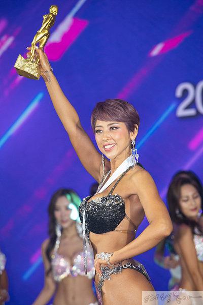 10월 25일 열린 '2020 MAXQ 머슬마니아 피트니스 코리아 챔피언십'에서 스포츠 모델 부문과 미즈 비키니모델 1위에 오른 이가미 씨.