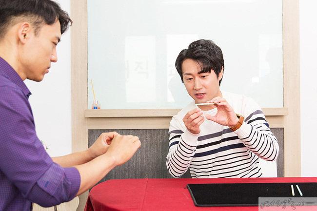 빨대 마술 비법을 설명하는 장 원장.