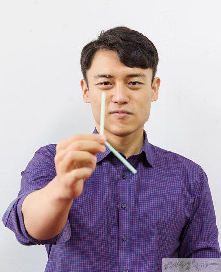 접힌 부분을 손가락으로 가리고 빨대를 뒤 천천히 손에 힘을 풀면 빨대가 저절로 휘게 된다.