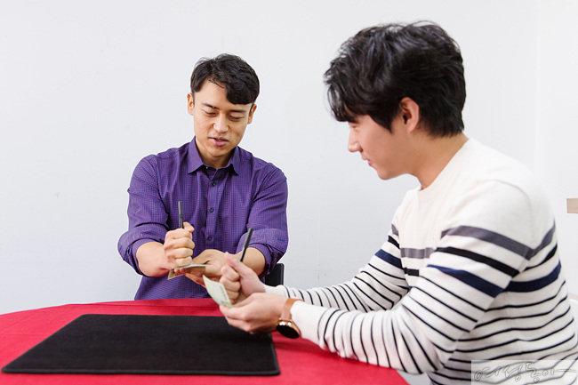 장 원장에게 지폐마술의 비법을 배우는 과정. 손가락으로 펜 끝부분(자석)을 가리며 펜 몸통을 떼어내는 게 포인트다.