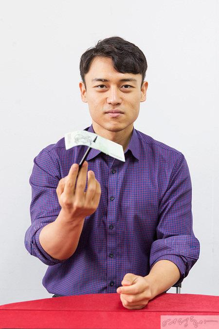 지폐를 사이에 두고 펜 끝과 펜 몸통을 붙이면 펜이 지폐를 관통한 것으로 보이게 된다.