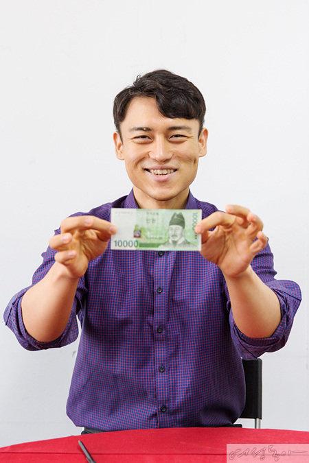 하지만 지폐는 보는 바와 같이 멀쩡!