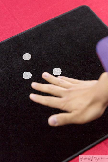 클립을 놓는 것과 동시에 손바닥에 쥐고 있던 동전을 펼쳐 놓으면 클립이 동전으로 바뀌는 마법이 일어난다.