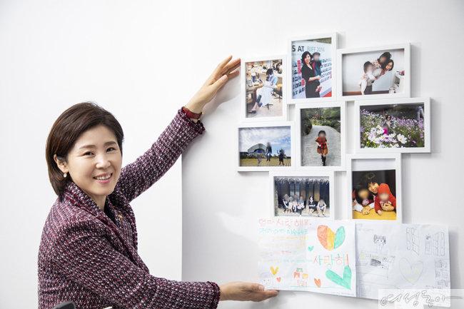 김 의원과 자녀들의 모습이 담긴 사진.  하단 '엄마 사랑해요'는 막내딸이 직접 쓴 것.