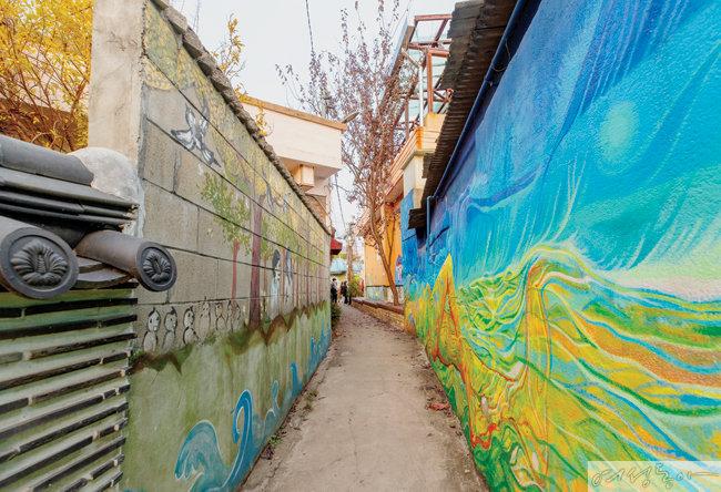 주민과 아티스트들의 협업으로 탄생한 행궁동 벽화마을.