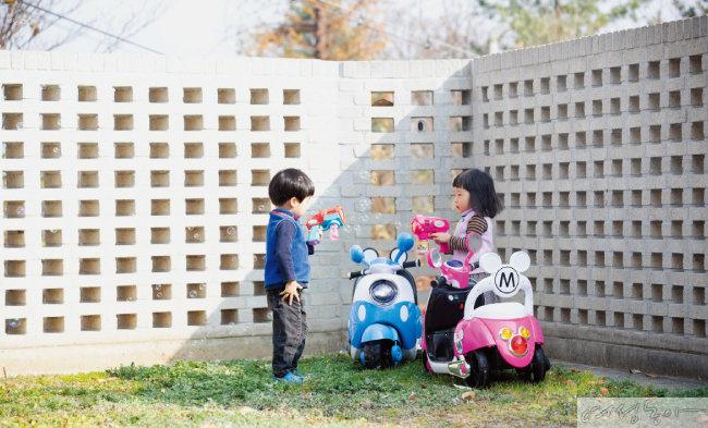 코로나19로 외출조차 힘든 요즘, 가평 집의 마당은 아이들에게 최고의 놀이터다.