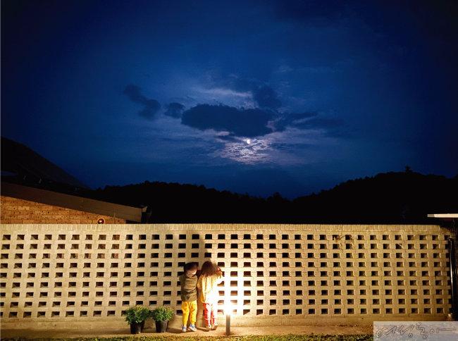 밤이 되면 또 다른 모습으로 변하는 자연을 관찰하는 일도 주말주택에서의 즐거움 중 하나다.