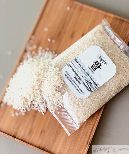 구수한 풍미를 지닌 무명상회 쌀. 소분 포장돼 있어 더욱 신선하게 즐길 수 있다.