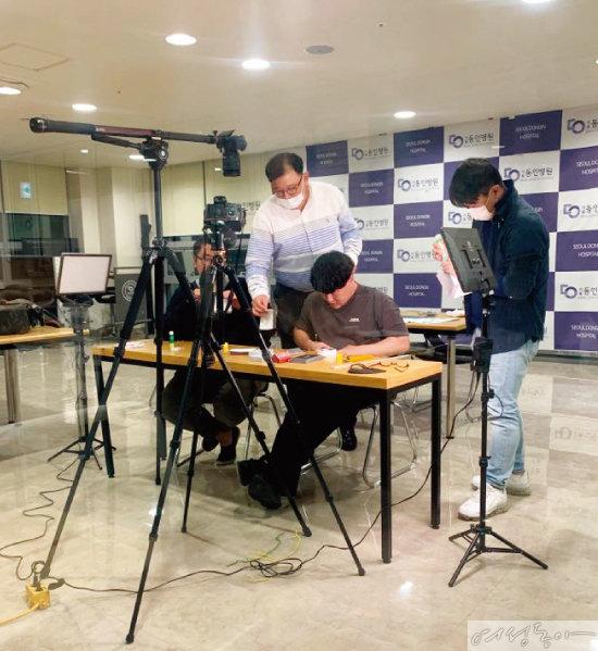 선준브레인센터 워크북 교재 가이드 영상을 촬영하는 모습.