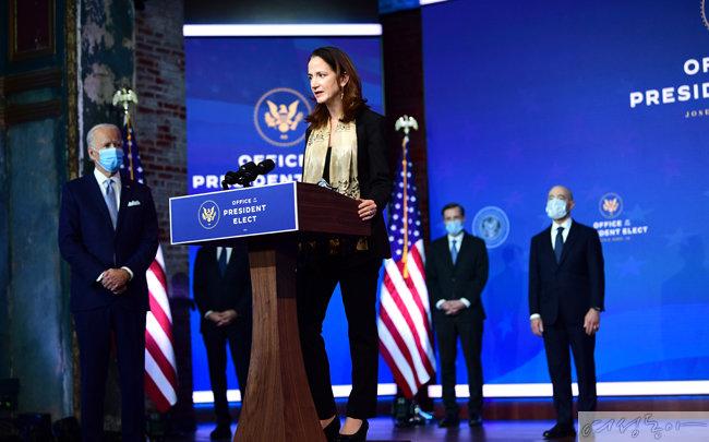 애브릴 헤인스가 11 월 24 일 국가정보국 국장DP 지명된 후 연설을 하고 있다. [GettyImage]
