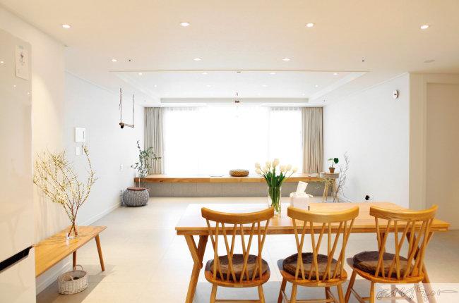 소파와 TV가 없는 거실. 원목 가구만이 거실을 따뜻한 분위기로 만들어준다.