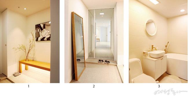 1 답답했던 신발장을 철거하고 미니 신발장을 제작한 뒤 한켠에 원목 벤치를 두었다. 2 중문의 위치를 바꾸며 생긴 가벽에 답답하지 않게 긴 창을 내어 감각적인 인테리어를 완성했다. 3 집 내부의 베이지 톤이 화장실까지 이어지도록 욕실을 인테리어했다.