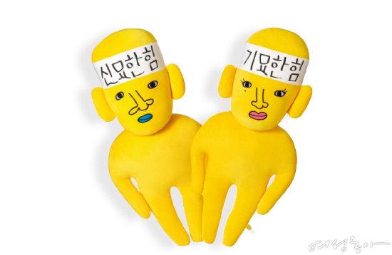 예능 프로그램 '신서유기'의 인기 캐릭터인 신묘한과  기묘한 캐릭터 인형. tvN
