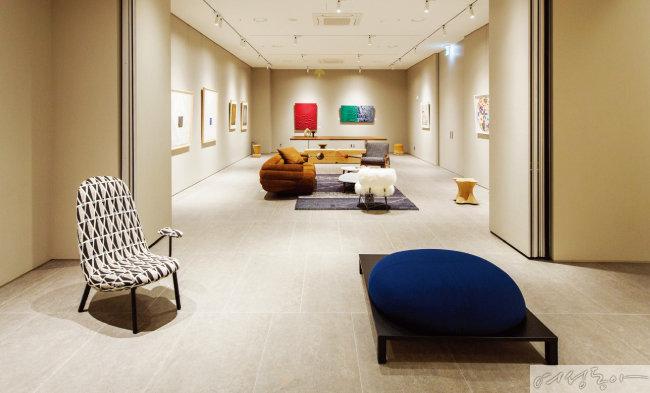 6층에 자리한 갤러리에는 명품 가구와 예술 작품이 한데 어우러져 전시되어 있다.
