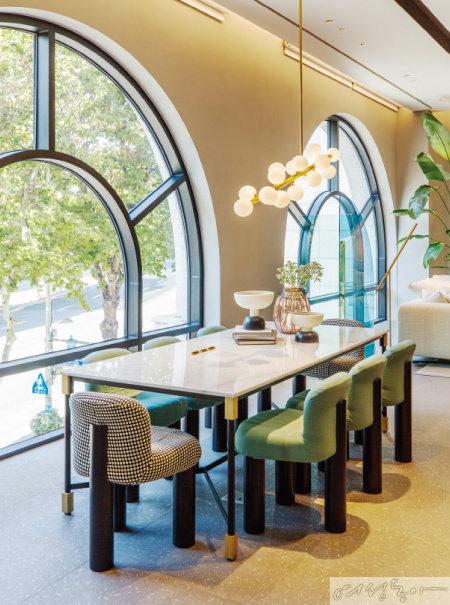 새로운 소재와 혁신적인 디자인을 선보이는 '알플렉스'의 쇼룸.