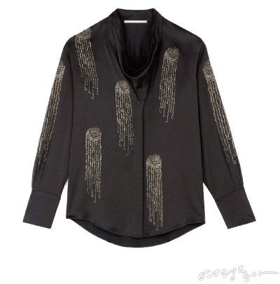 셔츠에 작은 주얼리 패턴을 잔잔하게 얹어 화려한 느낌을 더했다. 2백62만원 스텔라매카트니.