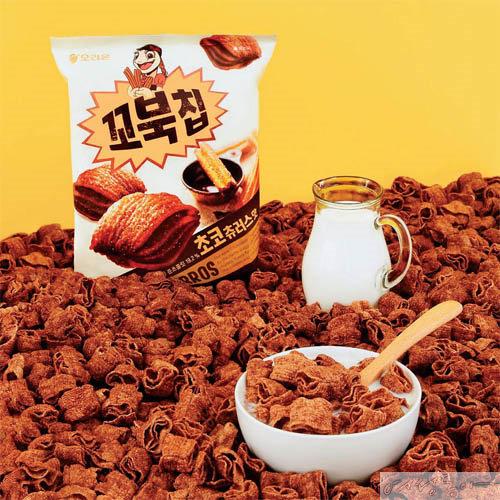 진한 초콜릿에 시나몬 향과 슈거 토핑을 더해 추로스 특유의 풍미를 구현한 꼬북칩 초코츄러스맛. 오리온.