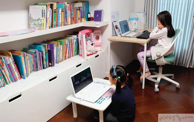 집에서 나란히 원격수업을 듣고 있는 아이들.