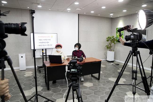 시니어 유튜버로 유명한 혜미킴에게 유튜브 제작 노하우를 배우고 있는 신신애.