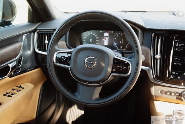간결하고 현대적인 감각의 디자인이 돋보이는 운전석.