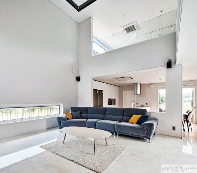 2층까지 뚫린 높은 천고의 거실에는  조형적인 디자인의 조명을 두기보다는 천장에 라인으로 포인트를 주고 매입등으로 마무리했다.