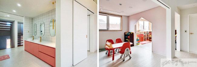 2층 아이들 방 맞은편에 있는 화장실에는 바쁜 아침 시간에 세 딸이 싸우지 않도록 거울을 세 개 두고, 세면대도 두 개 두었다(왼쪽).   2층에는 아이들의 방이 나란히 붙어 있다. 방 하나는 독립적인 공간으로 만들었고, 가운데 방과 나머지 방은 연결시켜두었다. 이 역시 아이들이 성장했을 때 독립된 공간으로 사용할 수 있도록 가운데 문을 설치했다.