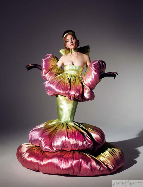 박소희의 센트럴 세인트 마틴 졸업작품 컬렉션 'The girl in full bloom'의 한 작품. 팝 가수 마일리 사이러스가 이 드레스를 입어 화제가 됐다.