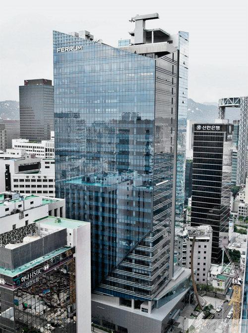 서울 을지로에 자리한 동국제강 사옥 페럼타워 전경.