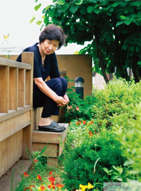 박완서 선생이 2006년 여름, 경기도 구리시 아치울 노란집 마당에 앉아 손수 가꾼 꽃을 바라보는 모습.