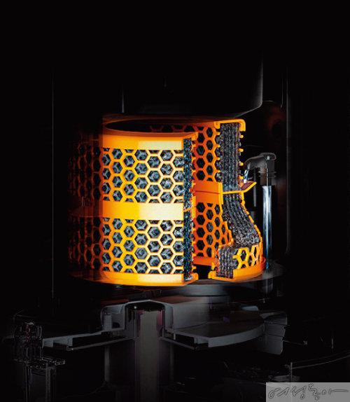 물 속 박테리아의 성장을 억제하는 다이슨 퓨어 휴미디파이 쿨 크립토믹™의 은사 증발기.