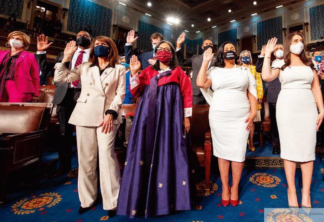 미국 연방 하원의원 취임·개원식에서 한복을 입어 화제가 됐던 메릴린 스트리클런드 의원.  TV로 취임식 장면을 시청할 구순의 어머니가  자신을 쉽게 알아보도록 한 배려였다.