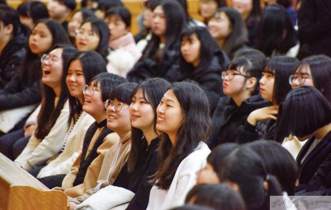 코로나19 확산 전 부산수영 하나님의 교회에서 청소년을 위한 명사 초청 인성교육이 열렸다.  강의를 경청하며 중고등학생들이 환하게 웃고 있다.