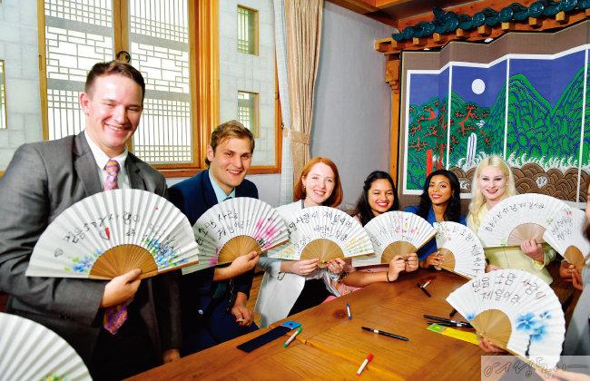 2019년 제75차 해외성도방문단으로 한국에 온  세계 각국 하나님의 교회 대학생들이 직접 한글을 새겨  만든 부채를 들어보이며 즐거워하고 있다.