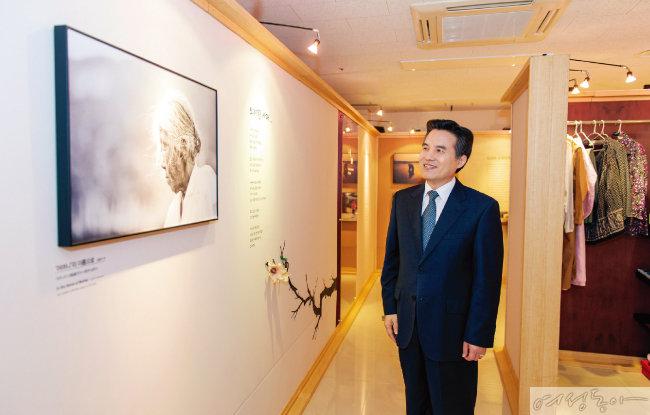 '우리 어머니' 글과 사진전 전시장을 둘러보는  하나님의 교회 총회장  김주철 목사.
